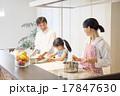明るいキッチンで料理をする家族 17847630