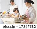 明るいキッチンで料理をする家族 17847632