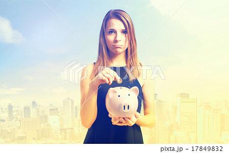 悲しい顔の女性と豚の貯金箱 17849832