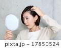 髪を気にする女性 17850524