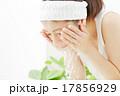 洗顔する女性 17856929
