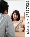 婚約指輪を見せる若い笑顔の女性 17857629
