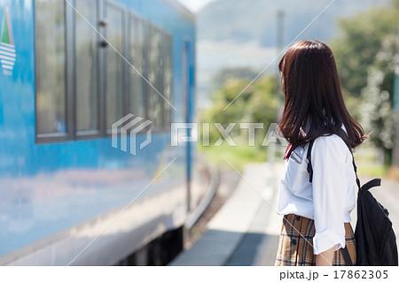 駅のホームで電車を待つ可愛らしい女子高生 17862305