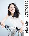 自転車に乗る女性 17870439