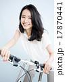 自転車に乗る女性 17870441