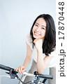 自転車に乗る女性 17870448