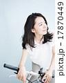 自転車に乗る女性 17870449