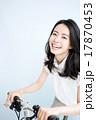 自転車に乗る女性 17870453