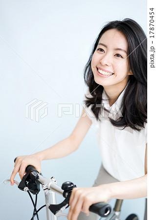 自転車の 自転車の写真 : 自転車に乗る女性の写真素材 ...