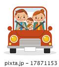 マイカーでドライブを楽しむ4人家族 17871153