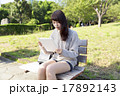 公園 ベンチ 座るの写真 17892143