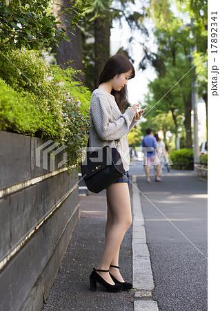 若い女性 スマホを操作 全身 横顔 待ち合わせ 17892341