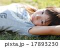 寝転がる少女 17893230