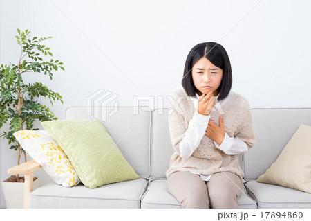 女性 ポートレート 吐き気 気持ち悪い つわり 若い女性 体調不良 若年層 白背景 ホワイトバック  17894860