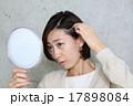 髪を気にする女性 17898084