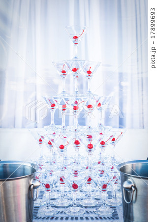 Pyramid champagne martini glassesの写真素材 [17899693] - PIXTA