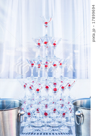Pyramid champagne martini glassesの写真素材 [17899694] - PIXTA