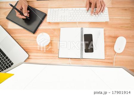 Hands working with computer and digitizerの写真素材 [17901914] - PIXTA