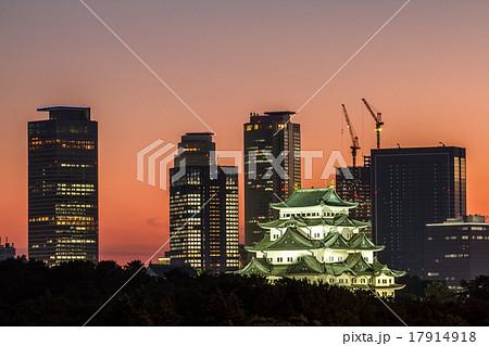 夕焼けの名古屋城と高層ビル群 17914918