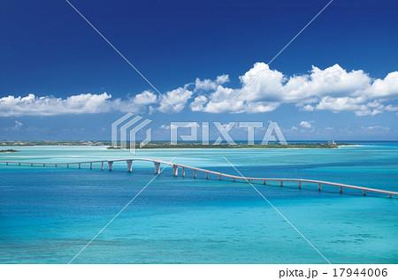 伊良部島と宮古島を結ぶ伊良部大橋 17944006