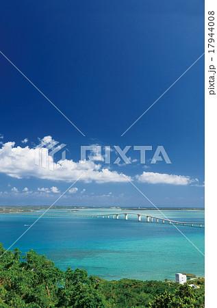 伊良部島と宮古島を結ぶ伊良部大橋 17944008