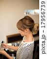 美容師 ヘアカラー 女性の写真 17956739