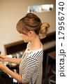 美容師 ヘアカラー 女性の写真 17956740