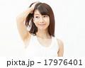 髪をかきあげる女性 17976401