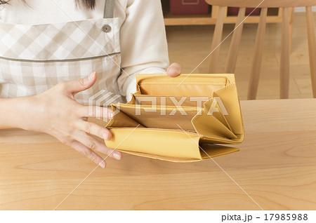 空っぽの財布を確認する主婦手元 金欠イメージ 17985988