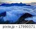 滝雲流れる東鎌尾根と夕暮れの槍ヶ岳 17990371