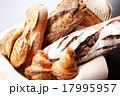 カゴ入りの色々パン 17995957