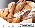 カゴ入りパン 17995958