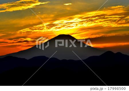 黄金色に輝く空と富士 秦野市菜の花台展望台より(1) 17998500