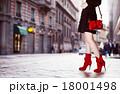 赤いブーツとハンドバッグ  18001498
