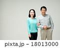 ミドル 夫婦 笑顔の写真 18013000