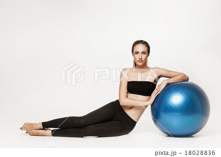Portrait of young woman holning lemon grapefruit 18028836