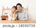 夫婦 カップル 寄り添うの写真 18030739