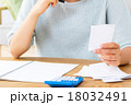 家計簿を書く女性 悩む女性 ショートカット 紙 領収書 レシート コピースペース リビング 室内 18032491