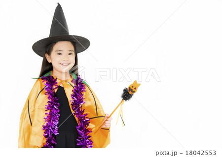 ハロウィンの仮装をした女の子 18042553