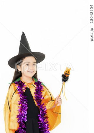 ハロウィンの仮装をした女の子 18042554