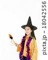 ハロウィンの仮装をした女の子 18042556