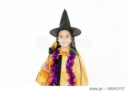 ハロウィンの仮装をした女の子 18042557
