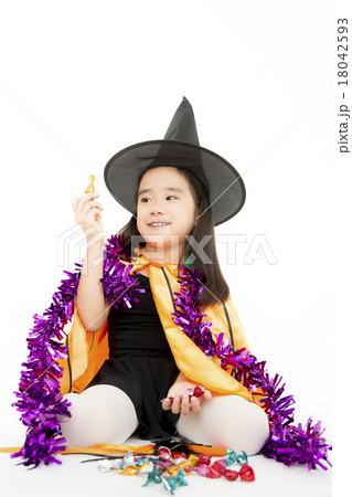 ハロウィンの仮装をした女の子 18042593