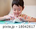 粘土で遊ぶ子供 18042617