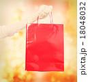 赤い紙袋と白い手袋をした手 18048032