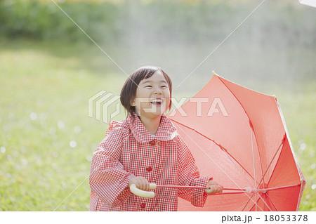 雨の日の女の子 18053378
