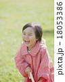 雨の日の女の子 18053386