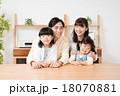 家族 仲良し 笑顔の写真 18070881