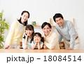 三世代 家族 笑顔の写真 18084514