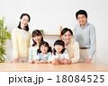 家族 三世代 笑顔の写真 18084525